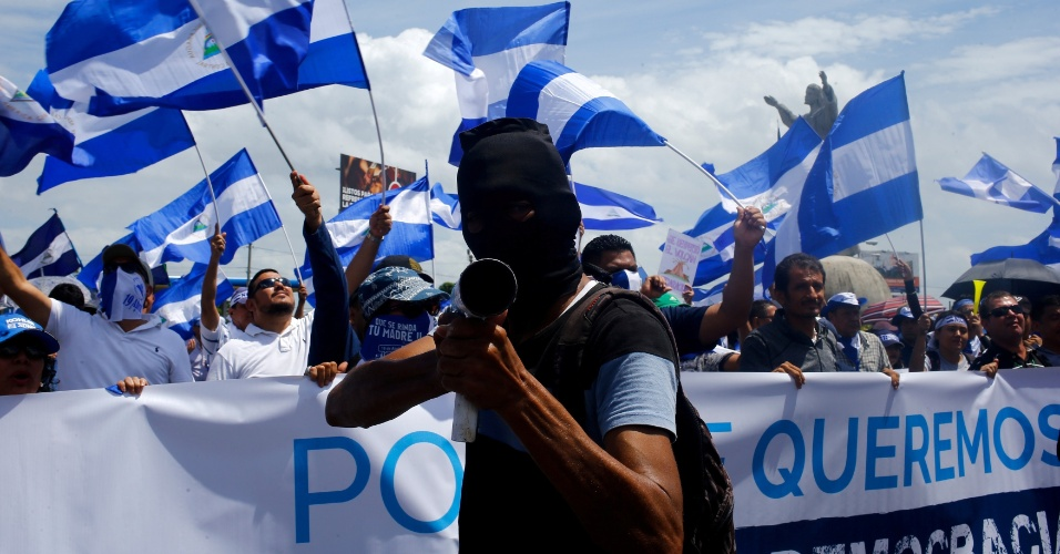 12.jul.18 - Manifestante aponta um morteiro caseiro durante manifestações contra o presidente Daniel Ortega