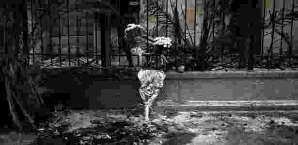 Flores são colocadas em grade de local onde duas pessoas morreram em incêndio na Grécia - Alkis Konstantinidis/Reuters