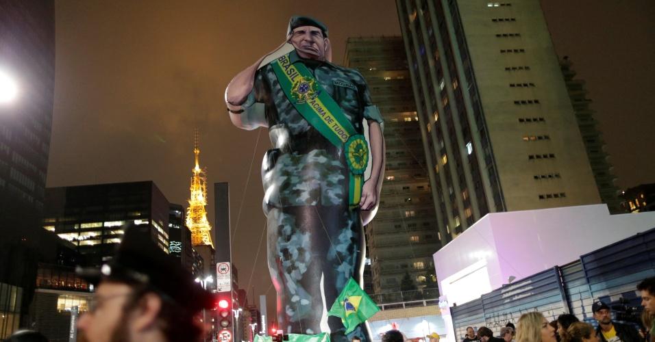 Apoiadores do candidato Jair Bolsonaro (PSL) acompanham apuração de votos próximo a um inflável gigante do candidato a vice-presidente, general Hamilton Mourão, na Avenida Paulista em São Paulo