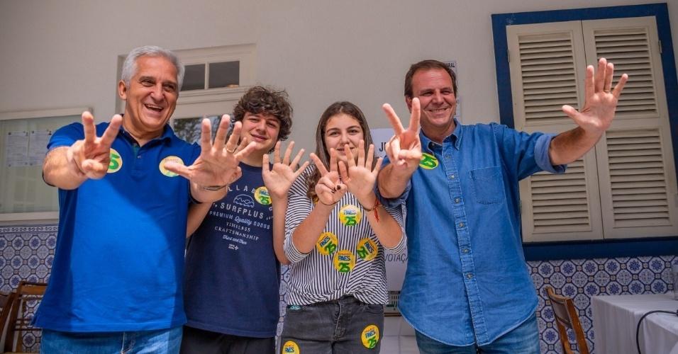 28.out.2018 - O candidato ao governo do Rio de Janeiro Eduardo Paes (DEM) vota acompanhado dos dois filhos e do vice-candidato, Comte Bittencourt (PPS)