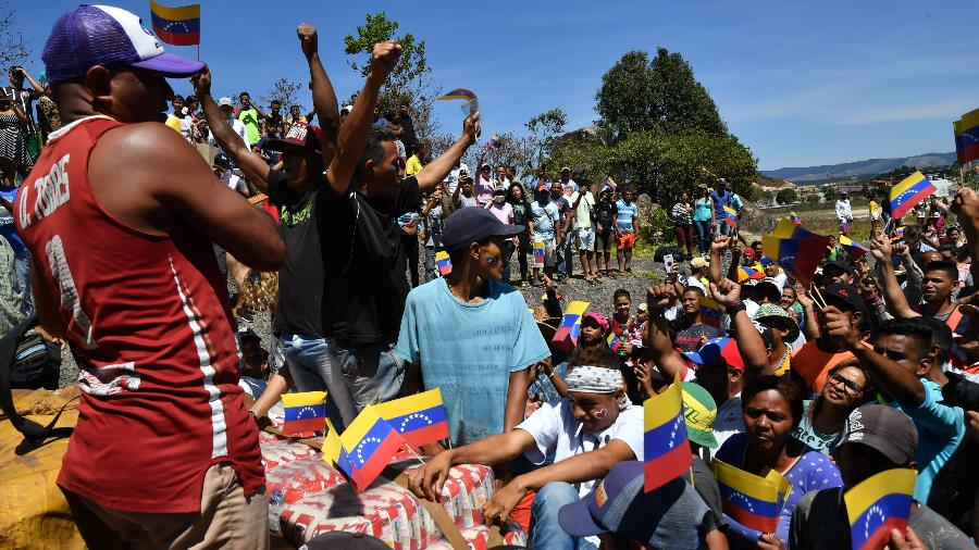 23.fev.2019 - Pessoas comemoram chegada de caminhão com ajuda humanitária na fronteira com a Venezuela - Nelson Almeida/AFP