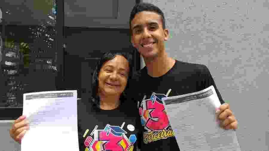 Zenaide Tolentino de Souza, 49, e o filho Isaias Tolentino Araújo de Souza, 17, farão prova no mesmo prédio em Maceió - Aliny Gama/Colaboração para o UOL