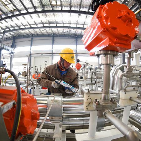 Trabalhador em linha de produção em fábrica da China -