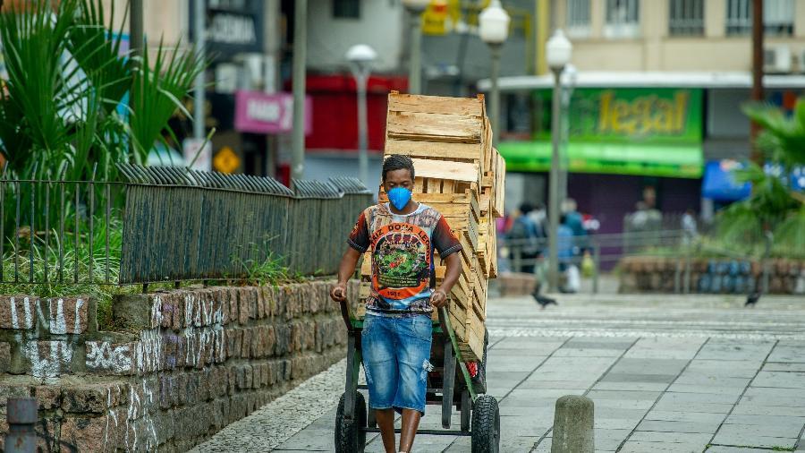 6.abr.2020 - Pedestres circulam pelo Centro Histórico de Porto Alegre (RS) usando diversos tipos máscaras de proteção respiratória contra o coronavírus - Evandro Leal/Agência Freelancer/ Estadão Conteúdo