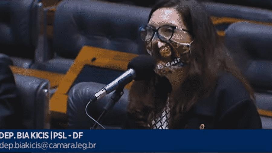 """A deputada Bia Kicis (PSL-DF) usa máscara onde se lê """"E daí?"""" - Reprodução/TV Câmara"""