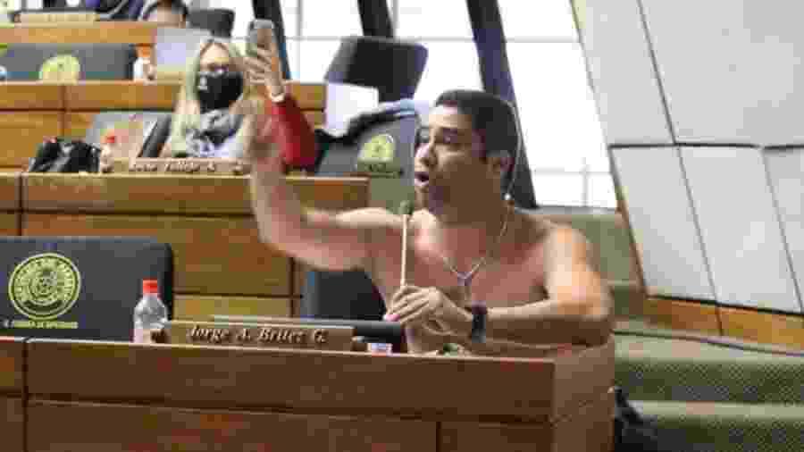 Deputado paraguaio tira camisa para pedir reabertura da Ponte da Amizade - reprodução/Ultima Hora/Ruth Benitez Diaz