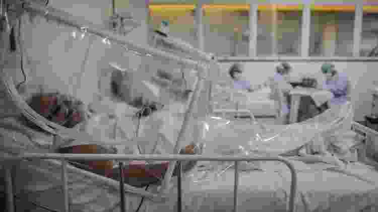 20/06/2020 - Paciente infectado pelo novo coronavírus fica em leito isolado na UTI do hospital Gilberto Novaes, em Manaus  - Andre Coelho/Getty Images - Andre Coelho/Getty Images