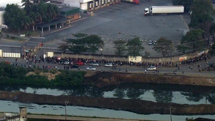 Fila começou na madrugada e reuniu centenas de pessoas em Acari, na zona norte do Rio - Reprodução/TV Globo