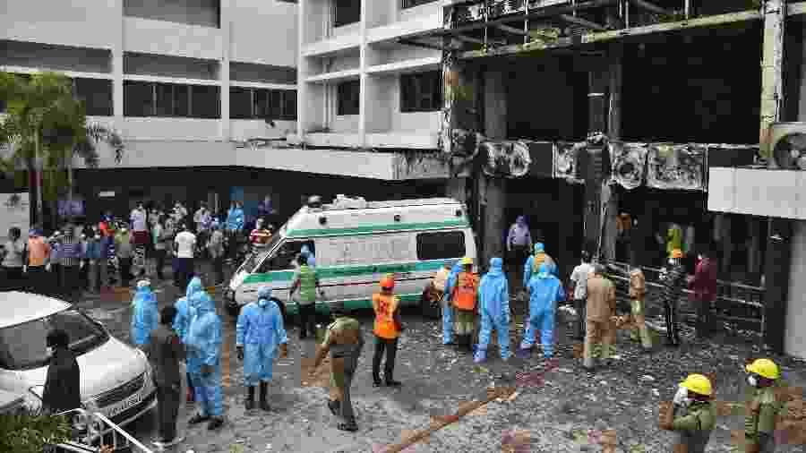 Pelo menos 10 pessoas morreram em incêndio que atingiu um hotel usado como centro de tratamento da covid-19 na Índia - IDREES MOHAMMEED/REUTERS
