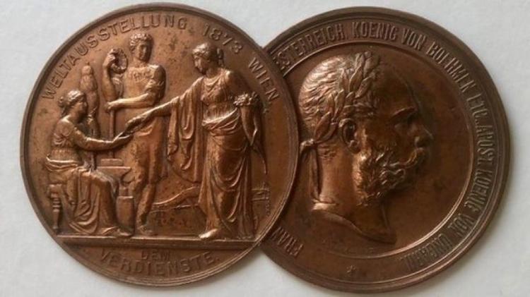 Pryce Jones participou de exposições em todo o mundo e ganhou várias medalhas, como esta na Feira de Viena de 1873. - NEWTOWN TEXTILE MUSEUM - NEWTOWN TEXTILE MUSEUM