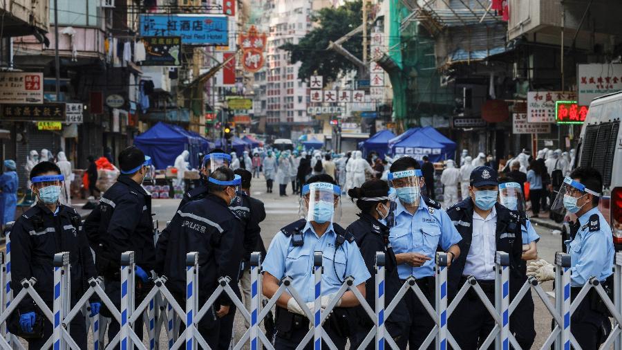 23.jan.2021 - Policiais bloqueiam entrada no bairro de Jordan, em Hong Kong. Local foi isolado devido ao aumento de casos de covid-19. Os moradores serão testados - Tyrone Siu/Reuters