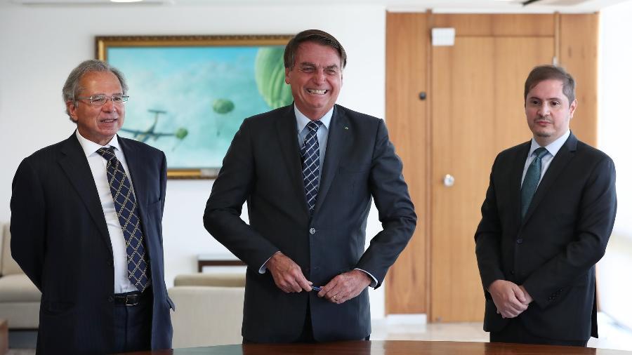 Bolsonaro com Paulo Guedes e Bruno Bianco: escolha coincide com aumento de frentes de investigação contra presidente no STF e na Justiça Eleitoral - Marcos Corrêa/PR
