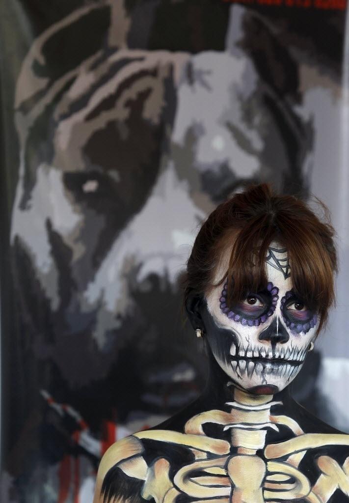 14.set.2015 - Jovem participa de convenção de tatuagem caracterizada como esqueleto, em Cali, na Colômbia