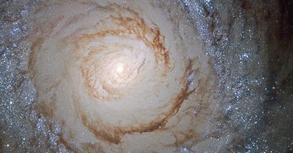 26.out.2015 - A Nasa (Agência Espacial Norte-Americana) divulga imagem da galáxia espiral Messier 94, que fica a cerca de 15 milhões anos-luz de distância da Terra, na direção da constelação dos Cães de Caça. A Messier 94 é uma das chamadas galáxias starburst, nome dado para aquelas que atravessam um processo intenso e contínuo de formação estelar