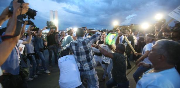 Manifestantes contra e a favor do governo da presidente Dilma Rousseff (PT) entraram em confronto em frente ao Congresso Nacional no início da noite deste sábado, logo após a Polícia Legislativa desmontar o acampamento que pedia o impeachment da presidente e estava instalado no gramado do Congresso - André Dusek/Estadão Conteúdo