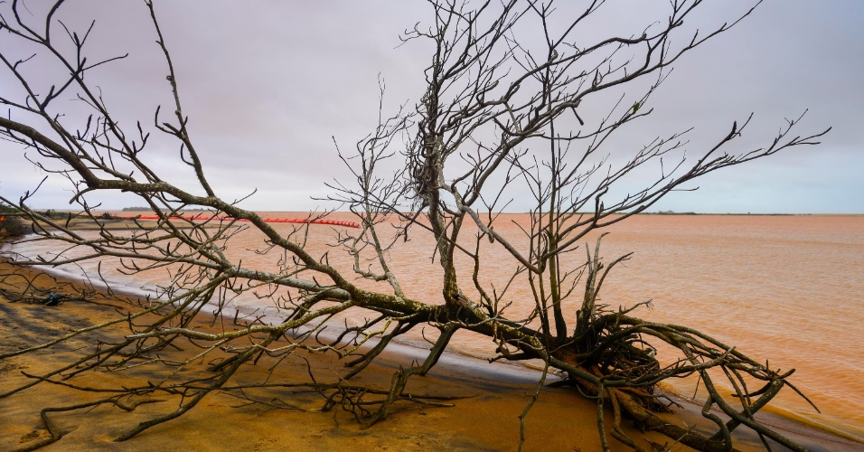 22.nov.2015 - Enxurrada de lama chega à foz do rio Doce e atinge o mar do Espírito Santo, na altura do município de Linhares, 17 dias após o rompimento de barragem da mineradora Samarco, na cidade mineira de Mariana