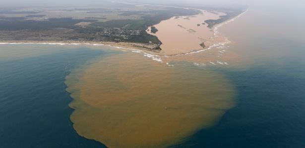 Imagem aérea mostra a chegada da lama do rio Doce no mar, em Regência (ES)