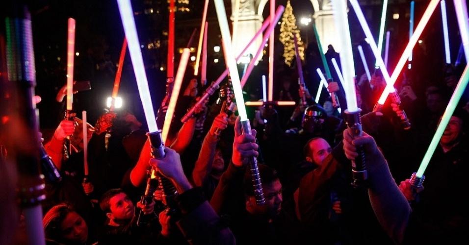 18.dez.2015 - Fãs participam de batalha de sabres de luz coletiva durante o evento