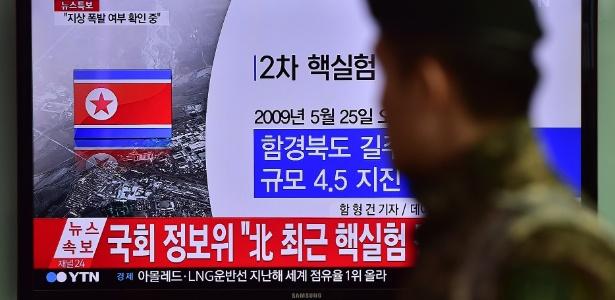 Sul-coreano passa por televisão informando sobre o teste nuclear realizado pela Coreia do Norte, em estação de trem em Seul