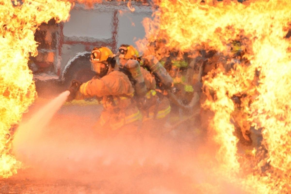 13.jan.2016 - Bombeiros da Força Aérea dos Estados Unidos enfrentaram altas temperaturas em um treinamento para combater incêndios que aconteceu em outubro de 2015. Os bombeiros aprendem a proteger, ajudar e educar trabalhadores de aeroportos em caso de fogo em aeronaves