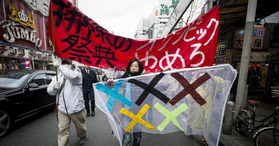 23.jan.2016 - Manifestantes participam de protesto contra a realização dos Jogos Olímpicos de 2020 em Tóquio, no Japão. Eles reclamam dos altos custos de obras e intervenções necessárias para que a capital japonesa seja sede da Olimpíada