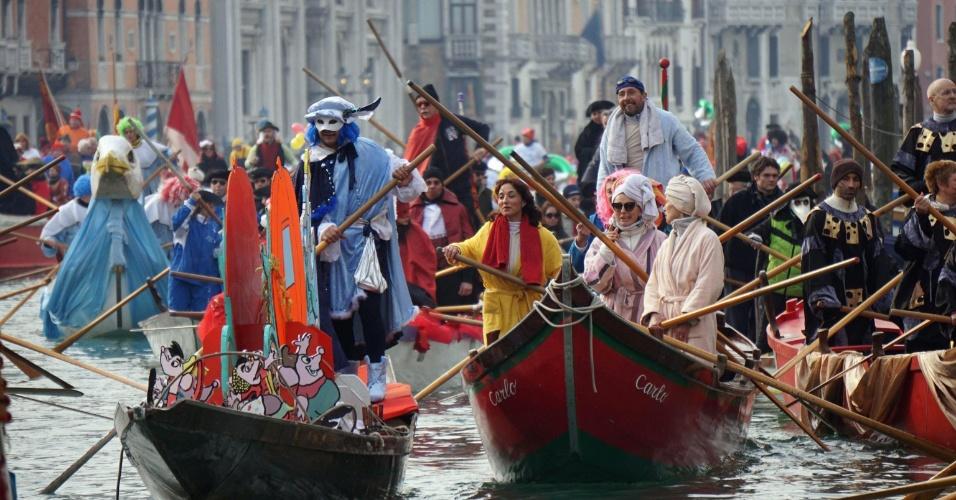 24.jan.2016 - Não é só o Brasil que está em época de Carnaval: em Veneza, pessoas fantasiadas participam de desfile de barcos pela cidade situada na Itália. O Carnaval em Veneza dura de 23 de janeiro a 9 de fevereiro e atrai grande quantidade de turistas