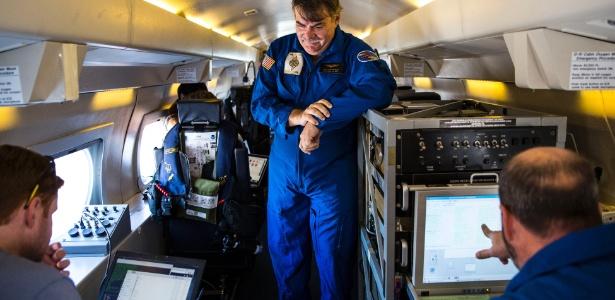 Alan Goldstein (centro) e outros pesquisadores durante voo para estudar o El Niño