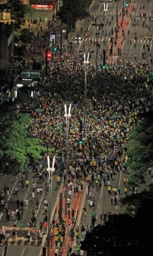 16.jan.2016 - Foto aérea mostra avenida Paulista fechada durante protesto, que toma cerca de um quarteirão da avenida. Alguns paulistanos se revoltaram com nomeação de Lula (PT) para ministro chefe da Casa Civil