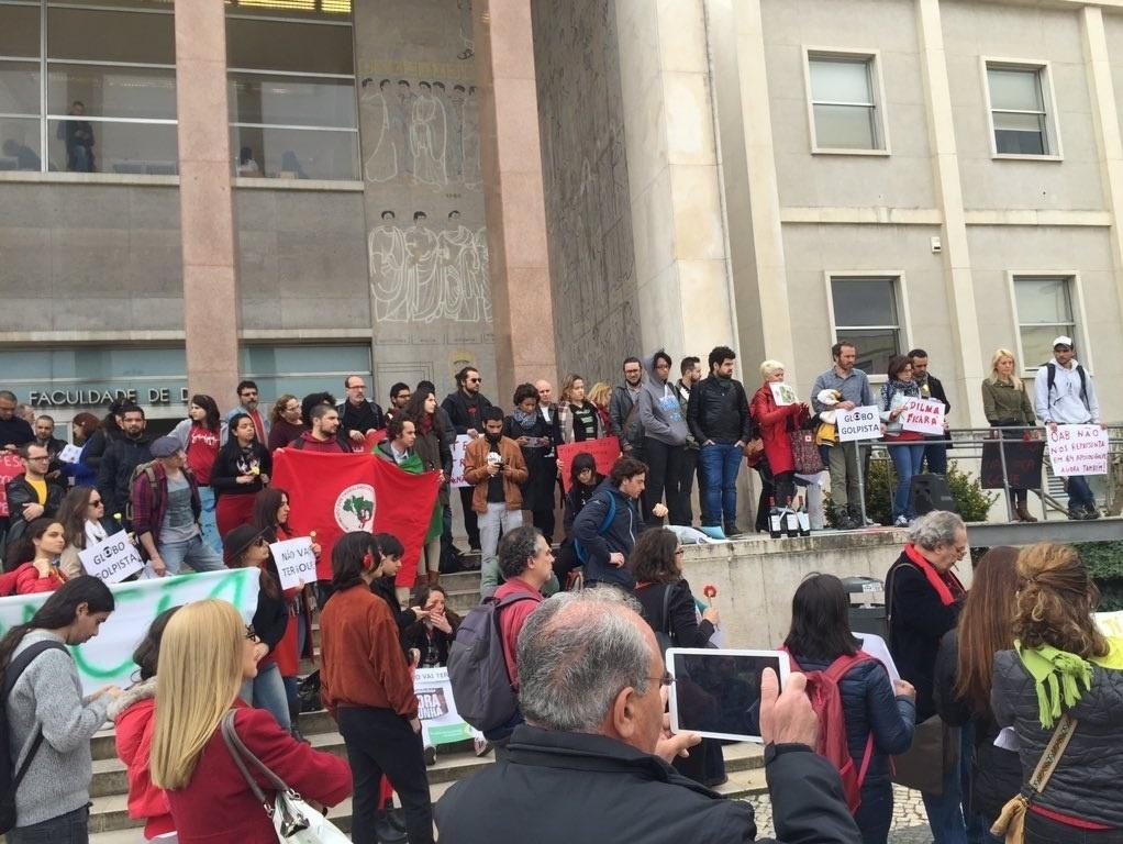 29.mar.2016 - Manifestantes protestam contra impeachment de Dilma Rousseff em frente à Faculdade de Direito da Universidade de Lisboa, em Portugal