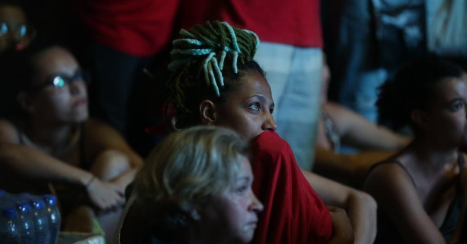 17.abr.2016 - Manifestante acompanha votação dos deputados federais sobre o processo de impeachment da presidente Dilma Rousseff, no Vale do Anhangabaú, no centro de São Paulo