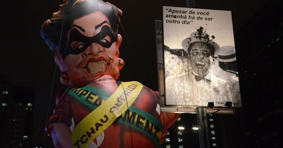 11.mai.2016 - Manifestantes inflam boneco da presidente Dilma Rousseff em protesto a favor do impeachment, na avenida Paulista, em São Paulo. O Senado decide hoje se afasta a presidente por até 180 dias