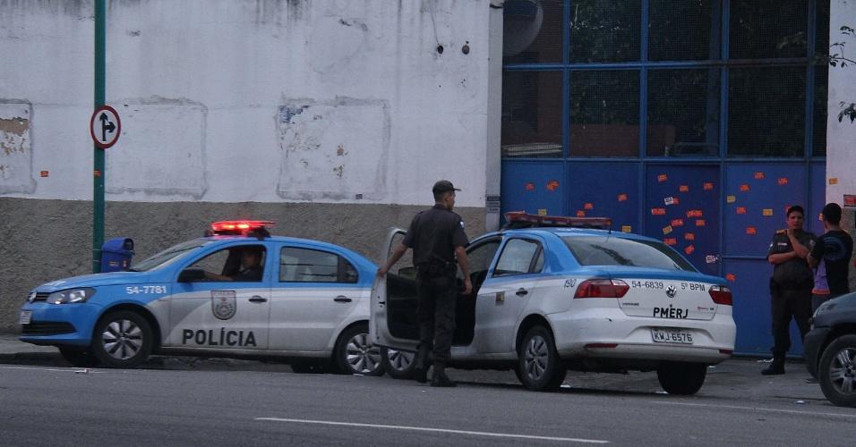 21.mai.2016 - Policiais do Batalhão de Choque da Polícia Militar retiraram à força, neste sábado, o grupo de estudantes que ocupava a sede da Secretaria Estadual de Educação, no Rio de Janeiro (RJ). Os estudantes protestavam por melhorias na educação e em apoio à greve dos professores