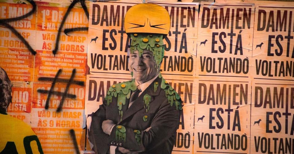 """24.mai.2016 - Lambe-lambe mostra um emoji """"vomitando"""" na cabeça do presidente interino Michel Temer em um tapume na avenida Paulista, em São Paulo"""