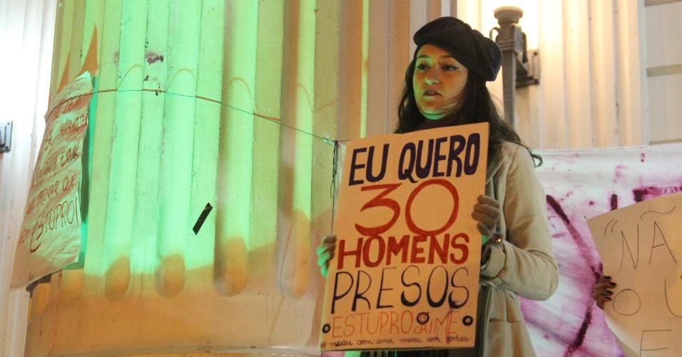 27.mai.2016 - Mulheres se reuniram em frente ao prédio histórico da UFPR (Universidade Federal do Paraná), em Curitiba, para protestar contra a cultura do estupro