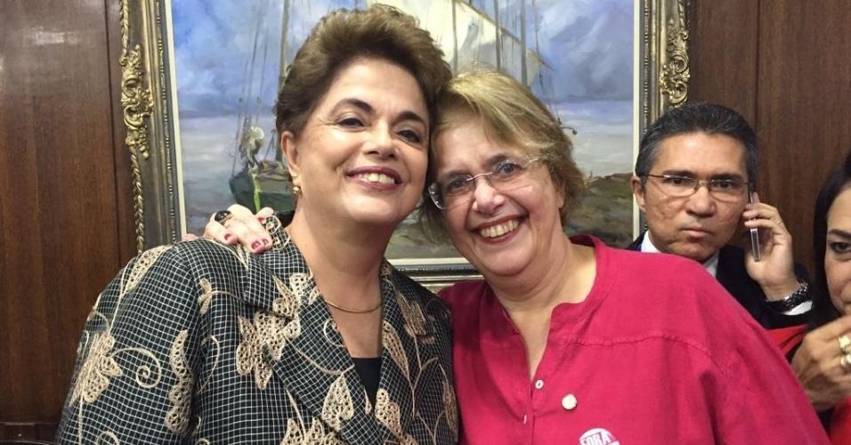 A deputada federal Margarida Salomão (PT-MG), conhecida como sósia de Dilma Rousseff (PT), postou na manhã desta segunda-feira (29) em sua conta no Twitter uma foto ao lado da presidente afastada