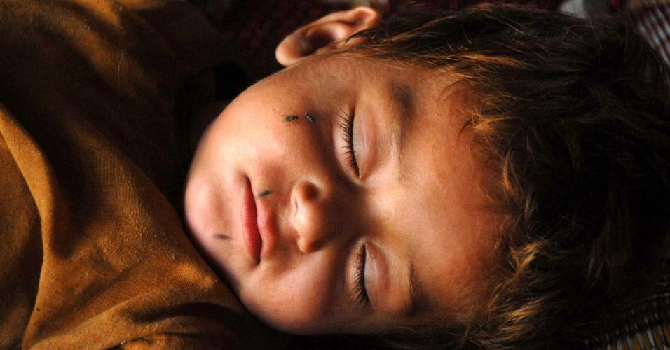 9.set.2016 - Criança refugiada afegã dorme no centro de repatriação do Alto Comissariado das Nações Unidas para os Refugiados (UNHCR), nos arredores de Peshawar, no Paquistão