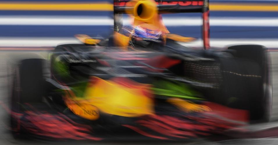 16.set.2016 - Piloto belga-holandês Max Verstappen sai dos boxes durante a primeira sessão de treinos livres para o GP de Fórmula Um de Cingapura