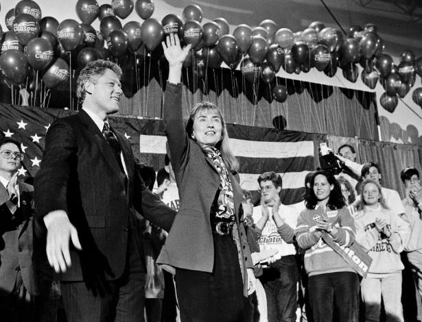 O então governador de Arkansas, Bill Clinton, e sua mulher, Hillary, participam de evento de campanha em Manchester (New Hampshire)
