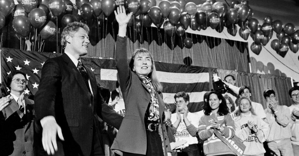 24.jun.1992 - O então governador de Arkansas, Bill Clinton, e sua mulher, Hillary, participam de evento de campanha em Manchester (New Hampshire)