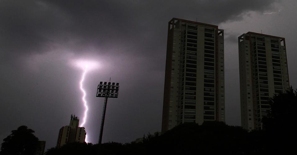 21.dez.2016 - Raio corta o céu da cidade de São Paulo; temporal causou transtorno aos paulistanos