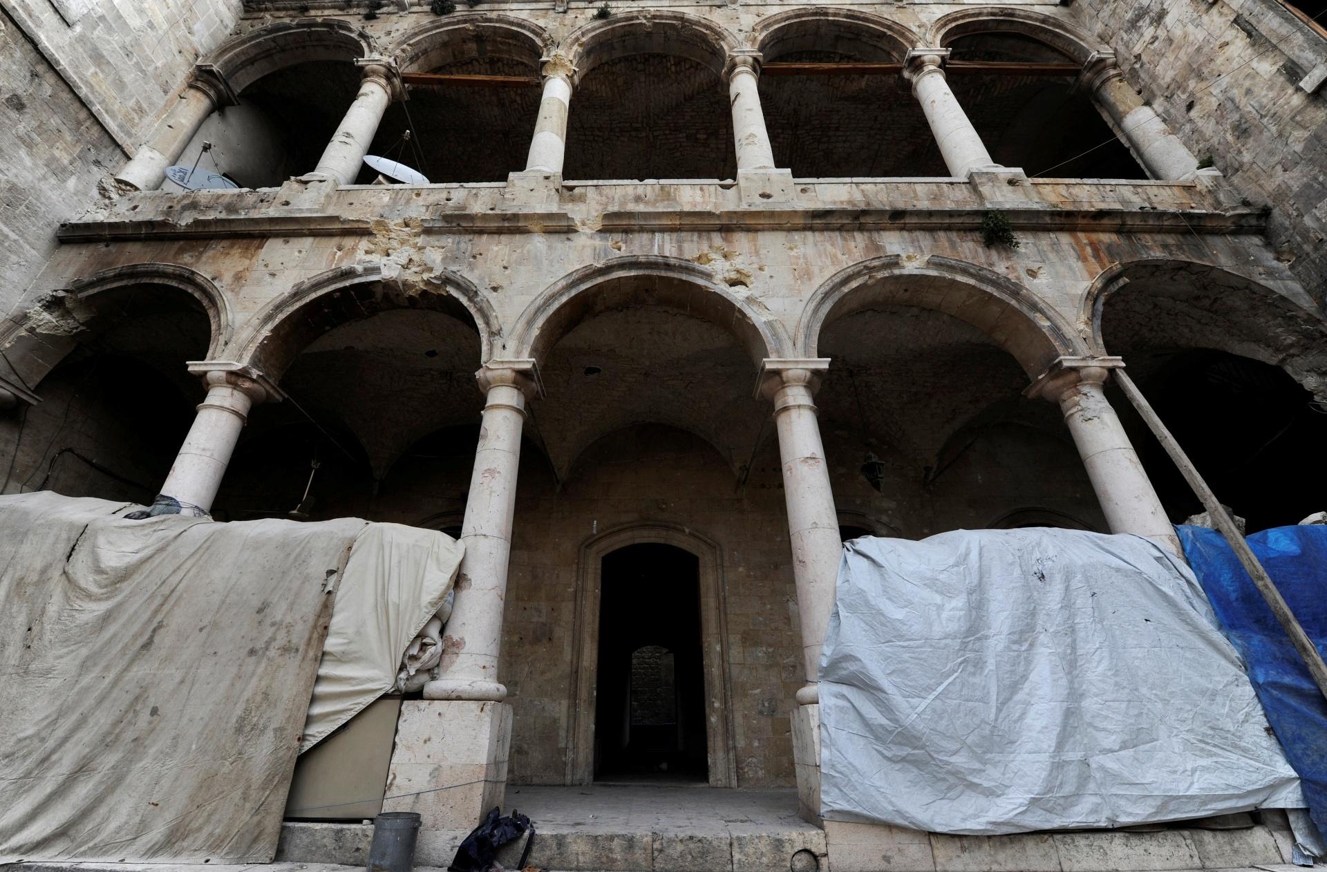 """22.dez.2016 - Em dezembro de 2016, a escola de al-Sheebani estava destruída na Cidade Velha de Aleppo, Síria. """"Há um dano, mas pode ser gerenciado. A situação é boa dentro da cidadela, mas também existem áreas de desastre e danos reais"""", disse Mamoun Abdelkarim, diretor geral de Antiguidades da Síria"""