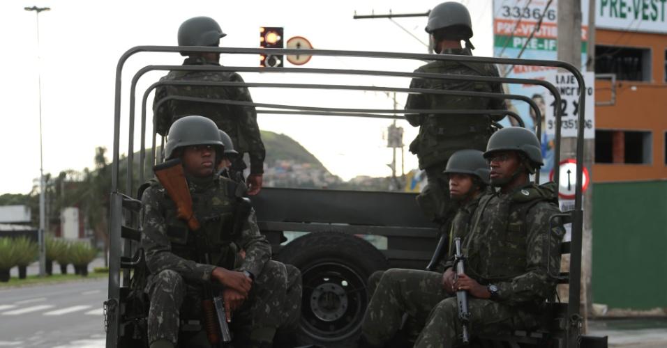 8.fev.2017 - Membros do Exército fazem patrulhamento em frente ao terminal de passageiros do bairro Jardim América, em Cariacica, na região metropolitana de Vitória