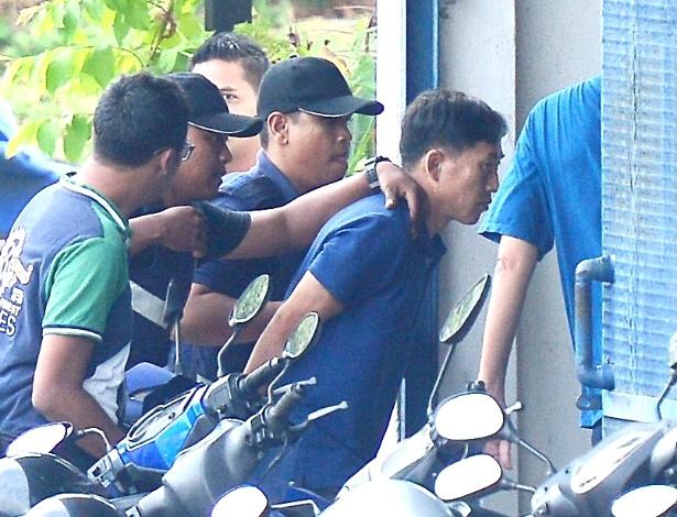 Ri Jong Chol é escoltado pela polícia da Malásia em 18 de fevereiro, depois de ser detido