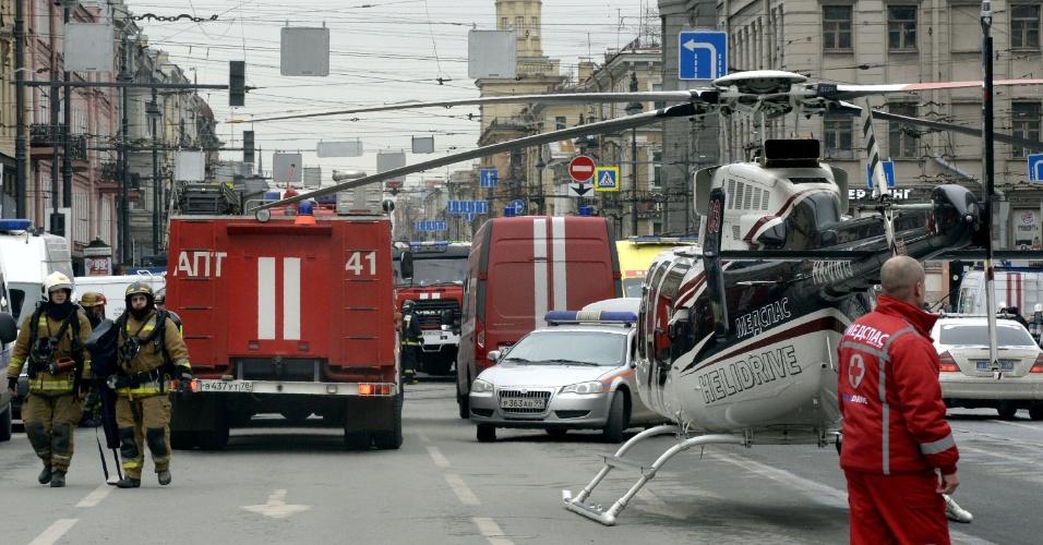 3.abr.2017 - Veículos de emergência, um helicóptero, bombeiros e paramédicos são vistos nas proximidades da estação de metrô Tekhnologichesky Institut, em São Petersburgo, na Rússia. Uma explosão a bomba deixou mortos e feridos na segunda maior cidade do país nesta segunda