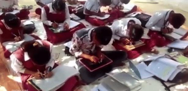 Alunos da Veena Vandini School, na Índia, praticam a escrita ambidestra - SWNS/Reprodução