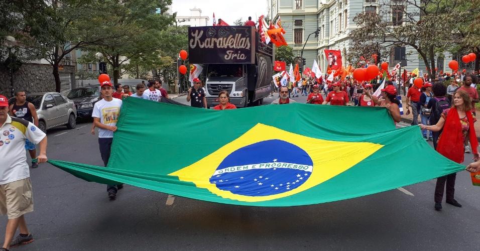 21.mai.2017 - Em Minas Gerais, houve manifestação na Praça da Liberdade (BH). Participantes pediram eleições diretas e também o afastamento do presidente Michel Temer