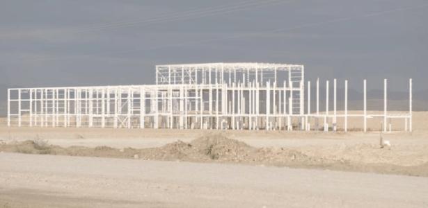 Região no deserto esperava prosperidade com nova fábrica, mas hoje só resta esqueleto da construção