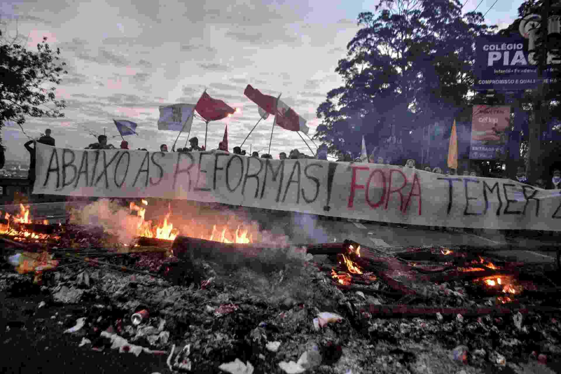 30.jun.2017 - Manifestação contrária às reformas defendidas pelo governo do presidente Michel Temer (PMDB) bloqueia uma faixa da rodovia Anchieta, no sentido São Paulo, na altura do quilômetro 16, em São Bernardo do Campo - JORGE FERREIRA/FUTURA PRESS/ESTADÃO CONTEÚDO