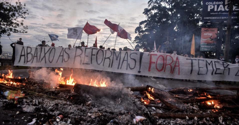 30.jun.2017 - Manifestação contrária às reformas defendidas pelo governo do presidente Michel Temer (PMDB) bloqueia uma faixa da rodovia Anchieta, no sentido São Paulo, na altura do quilômetro 16, em São Bernardo do Campo