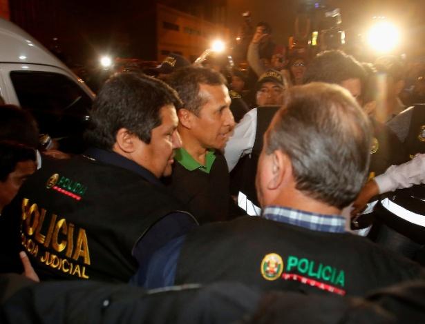 Humala é escoltado por policiais ao chegar ao Palácio da Justiça, em Lima